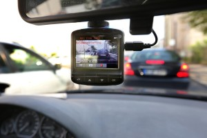 一个行驶在柏林街道上,安装有行车记录仪的车